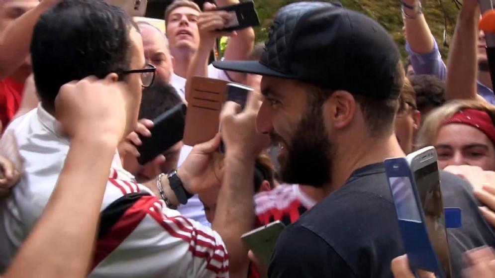 La folla di tifosi rossoneri che ha accolto Higuain a Milano