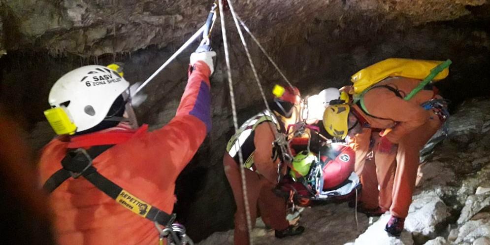 Speleologo bloccato in una grotta sotto la cima del monte Canin
