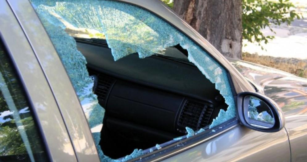 Ragazzini terribili saccheggiano cinque auto in centro a Biella