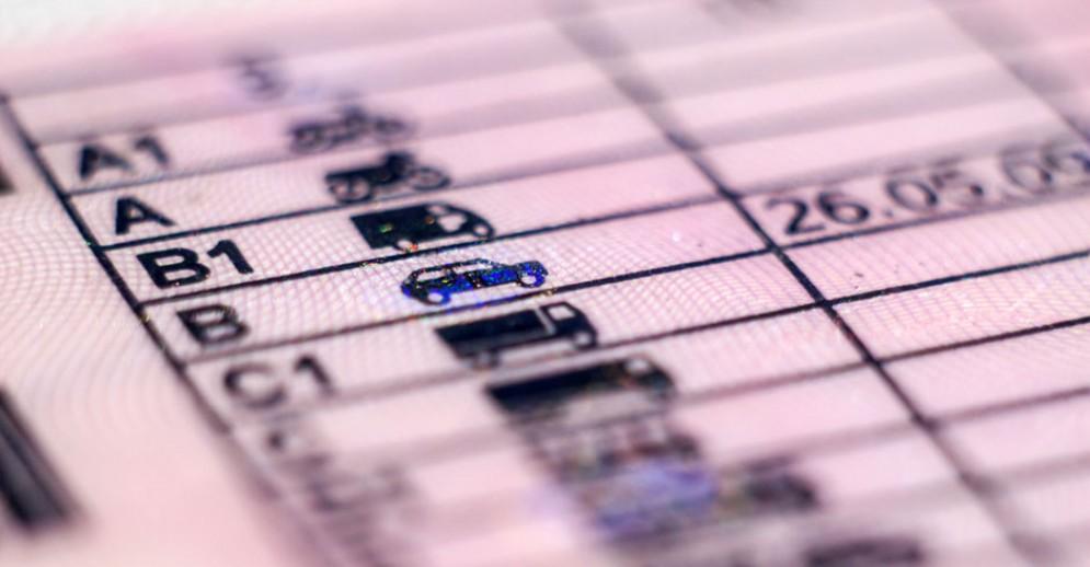 Guida senza patente, 5mila euro di multa