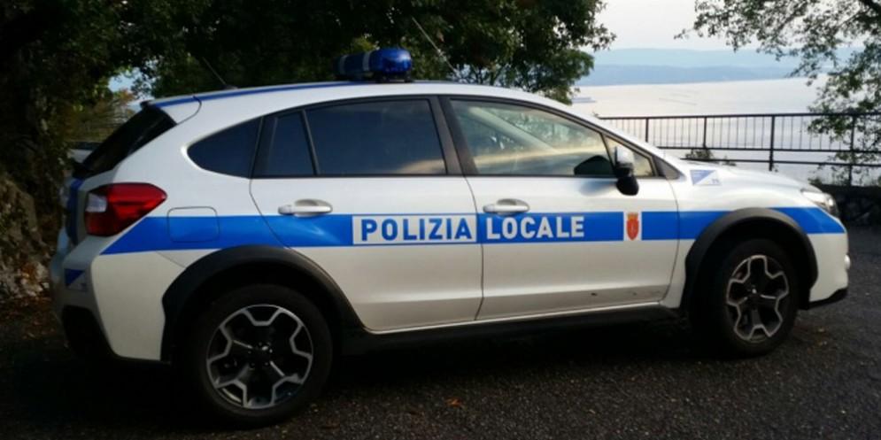 Blitz anti bivacco: la polizia locale sanziona quindici uomini