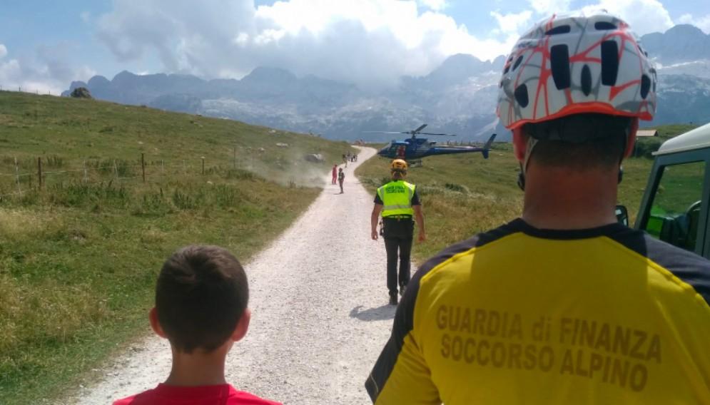 Sbagliano sentiero e restano bloccati su una cengia: soccorsi tre escursionisti