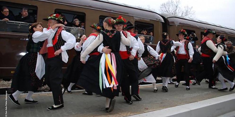 Da Treviso a Travesio con il 'Treno del Folklore' in occasione del 50° Festival Internazionale del Folklore di Aviano-Piancavallo