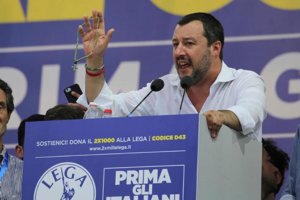 Salvini sul palco col rosario
