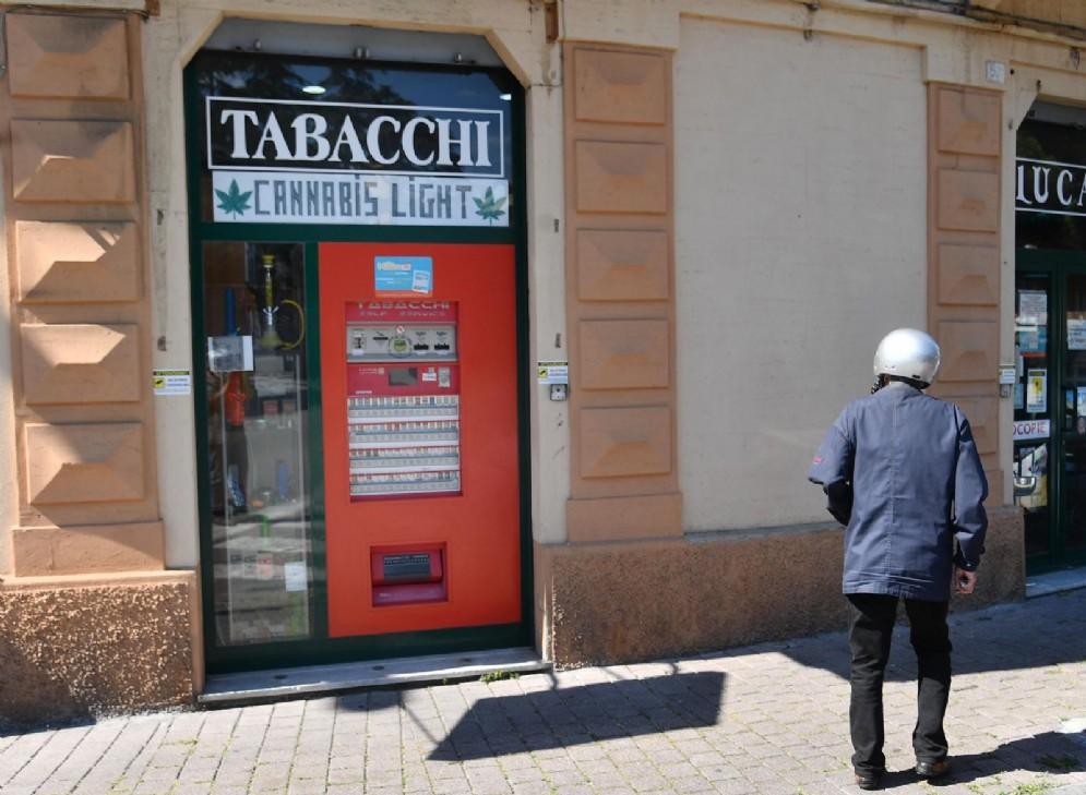 Un tabacchino che mette in vendita prodotti e derivati della cannabis