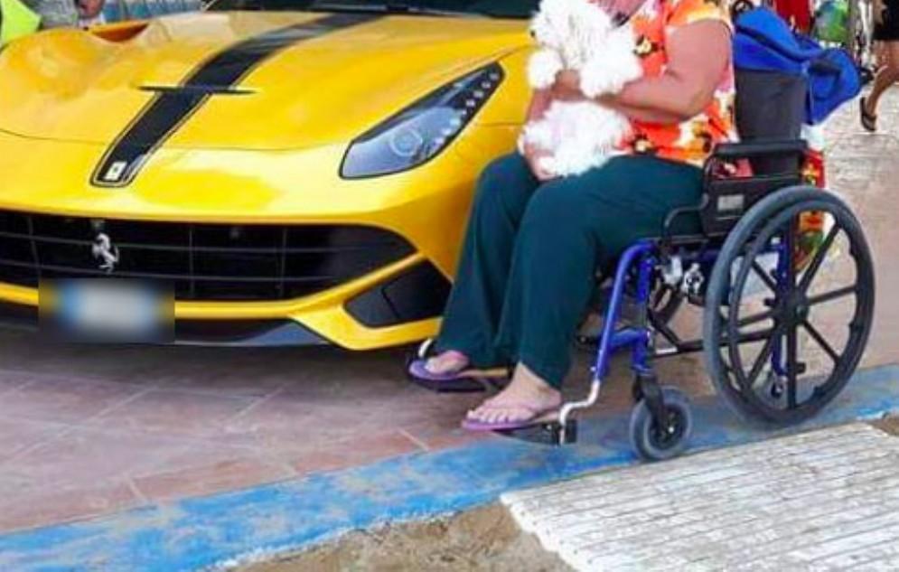 La Ferrari di Balotelli blocca il passaggio: la denuncia di una disabile