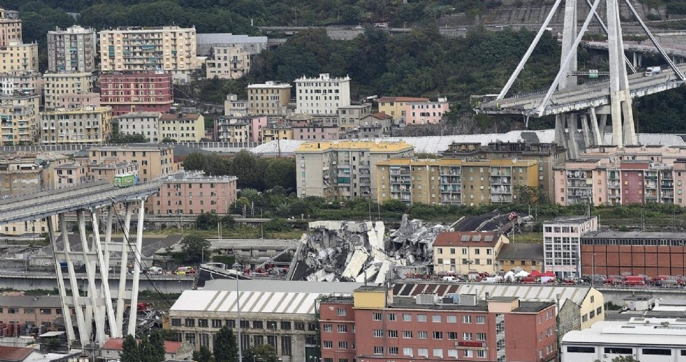 La parte del ponte Morandi dell'autostrada A10 rimasta in piedi incombe sulle case di Genova