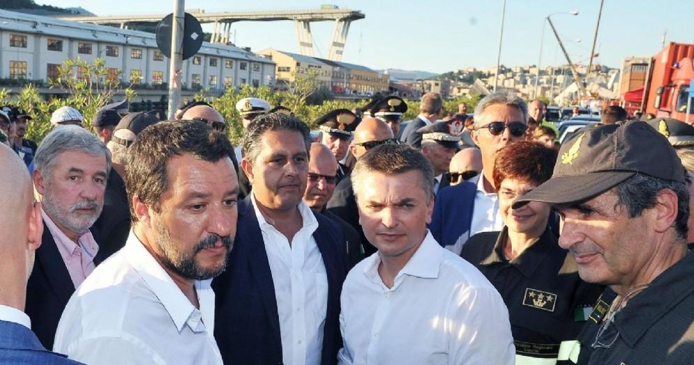 Il ministro dell'Interno, Matteo Salvini, nella sua visita a Genova sul luogo del crollo del ponte Morandi