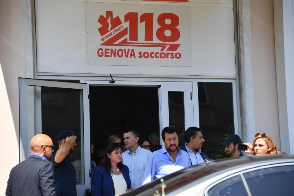 Il ministro dell'Interno Matteo Salvini con il governatore della Liguria Giovanni Toti all'uscita dell'ospedale San Martino di Genova dove hanno fatto visita ad alcuni superstiti al crollo