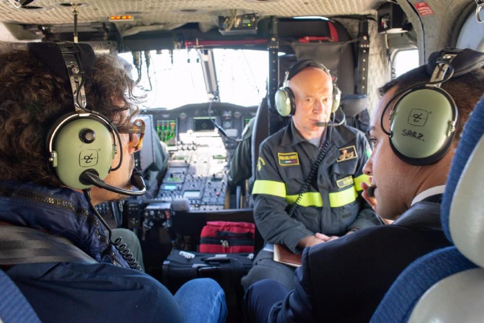 Il ministro delle Infrastrutture Danilo Toninelli con quello dell'Interno Luigi di Maio su un elicottero dei Vigili del Fuoco in volo sopra il ponte Morandi crollato a Genova