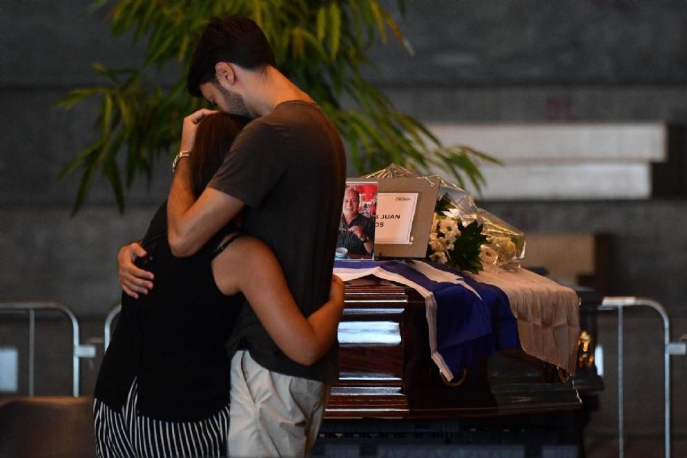 Amici e parenti in lacrime davanti alle bare delle vittime di Genova