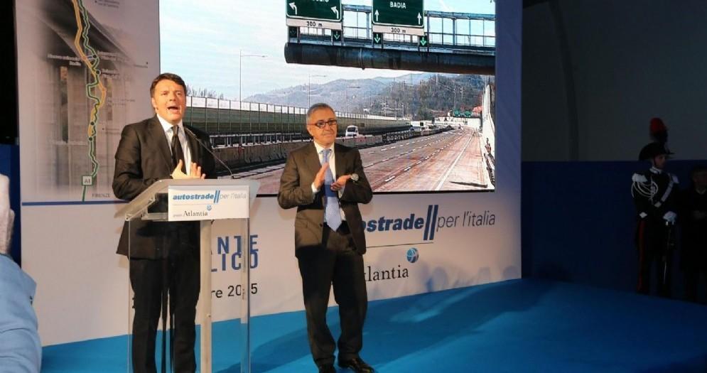L'ex premier Matteo Renzi nella sede di Autostrade per l'Italia
