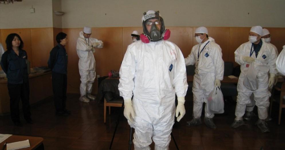 I giornalisti con le tute nella centrale di Fukushima