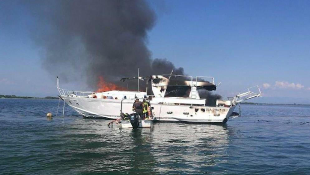 Yacht di dieci metri va a fuoco nella laguna di Grado