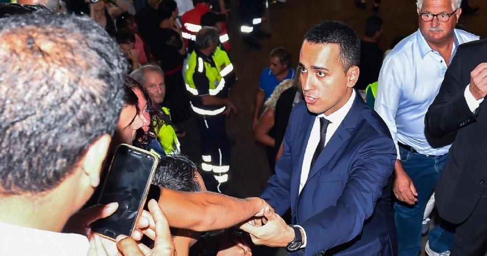 Il vicepremier e ministro del Lavoro e dello Sviluppo Economico Luigi Di Maio in mezzo ai familiari delle vittime del crollo di Genova