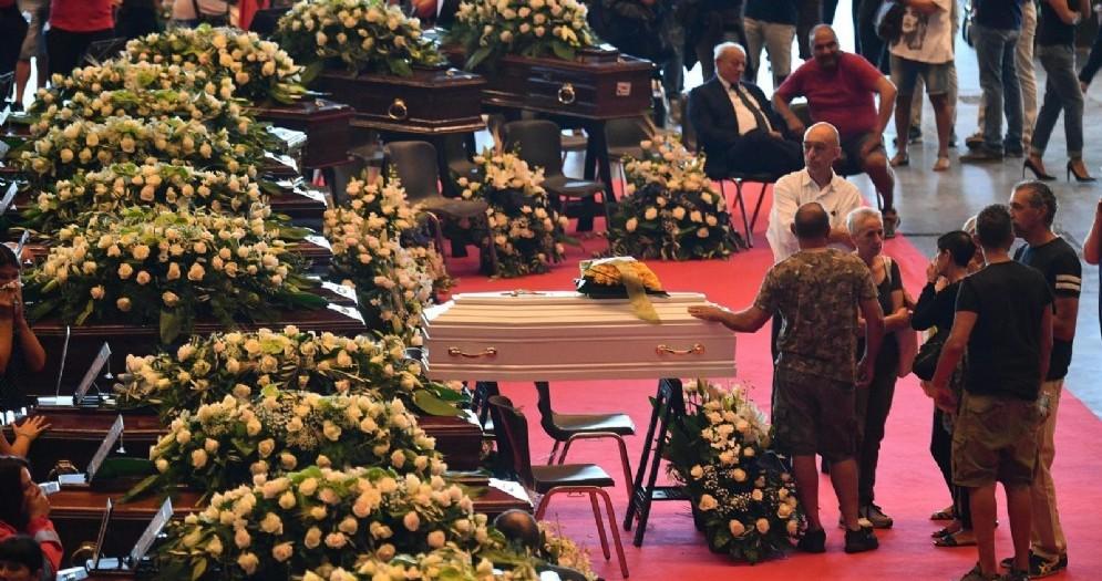Un momento dei funerali di Stato a Genova per le vittime del crollo del ponte Morandi