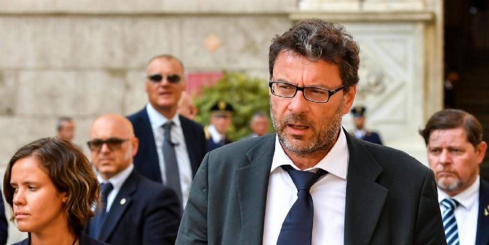 Il sottosegretario alla Presidenza, Giancarlo Giorgetti, esce dalla prefettura di Genova dopo il Consiglio dei ministri straordinario