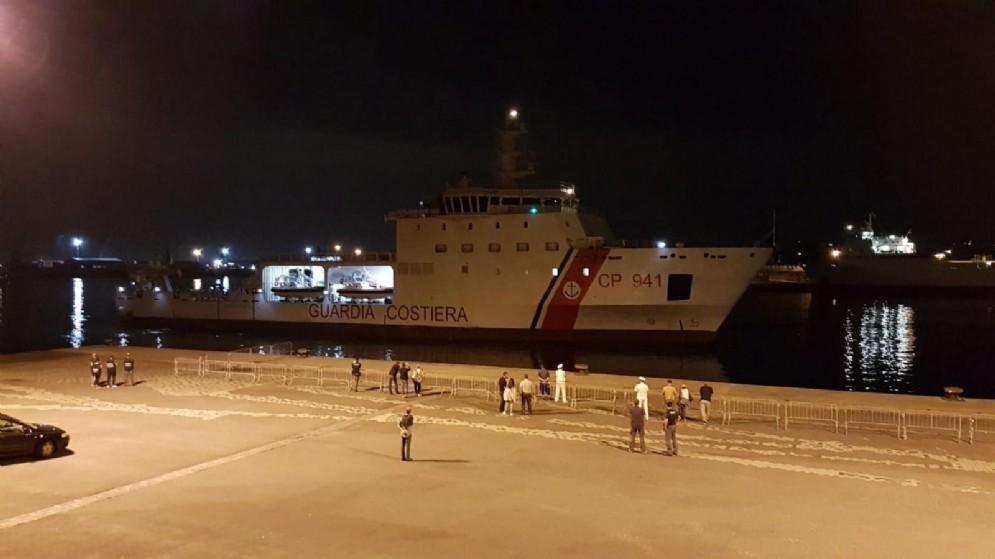 La nave Diciotti della Marina italiana al porto di Catania