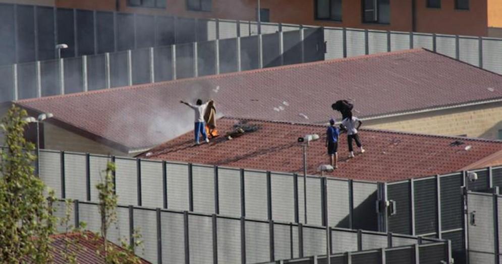 Torino, rivolta al Cpr di corso Brunelleschi: incendio all'interno, dimostranti fuori