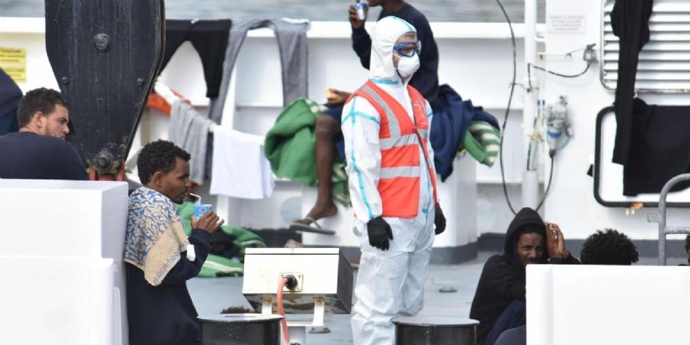 Migranti a bordo della nave Diciotti della Marina militare italiana ferma al molo di Catania