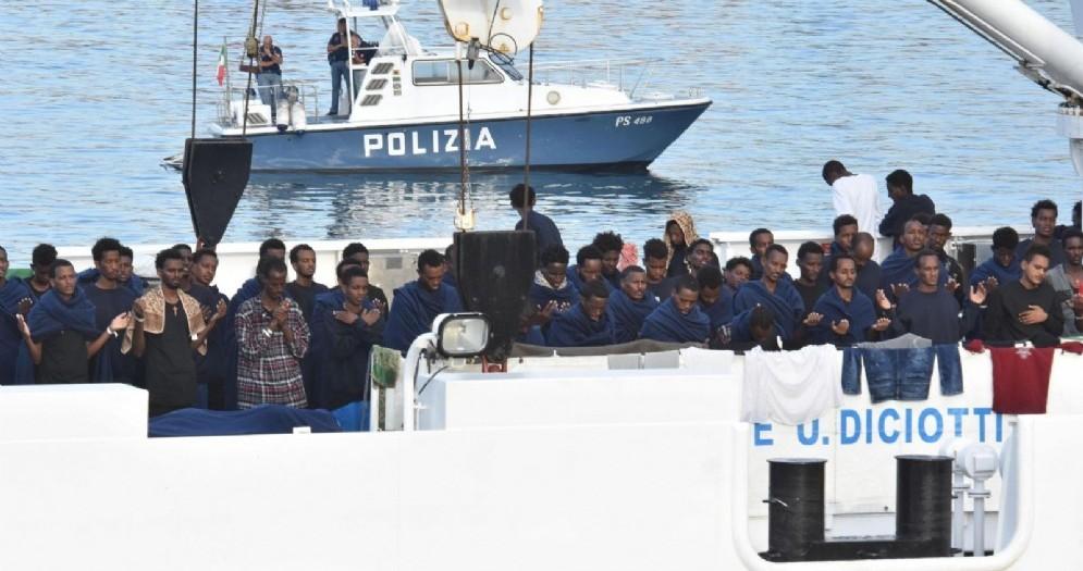 La nave Diciotti della Marina militare italiana ormeggiata a Catania con 150 migranti a bordo