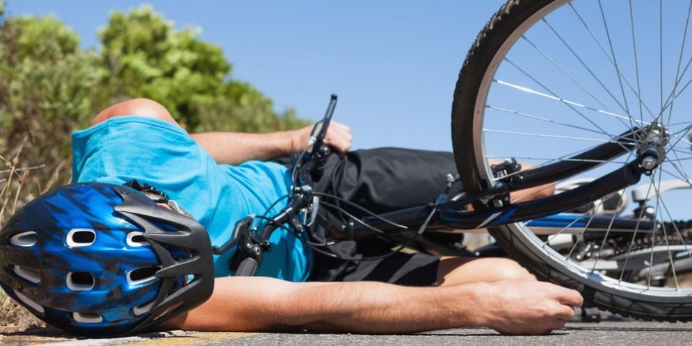 Ciclista a terra - Immagine di repertorio