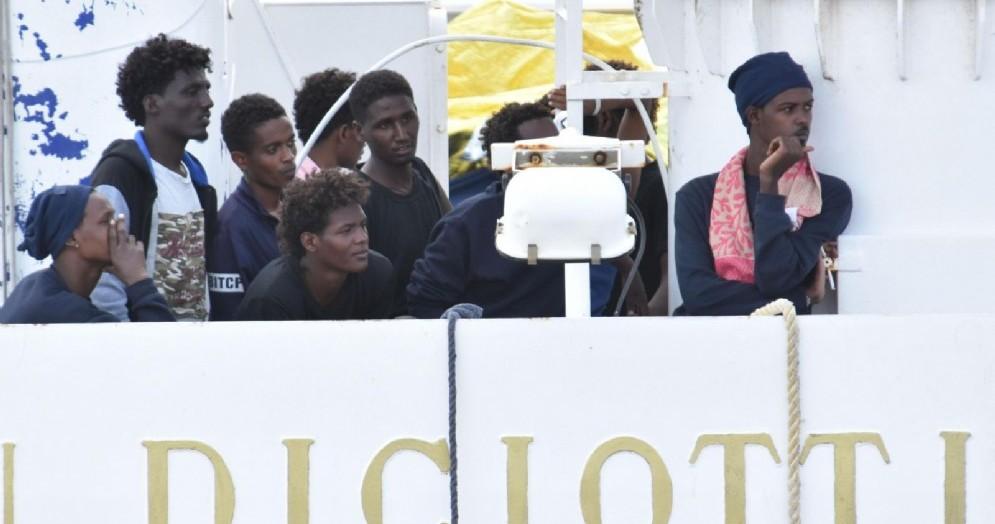 Migranti a bordo della nave Diciotti della Marina militare italiana al porto di Catania