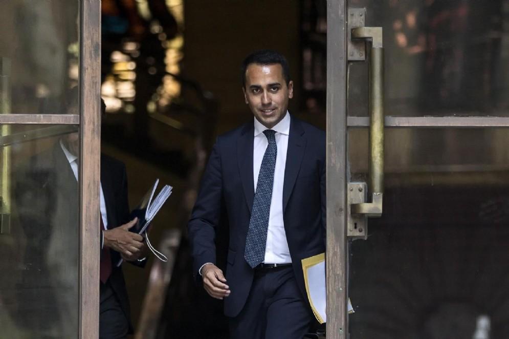 Il ministro dello Sviluppo economico Luigi Di Maio lascia il Mise al termine della conferenza stampa sulla questione dell'Ilva di Taranto