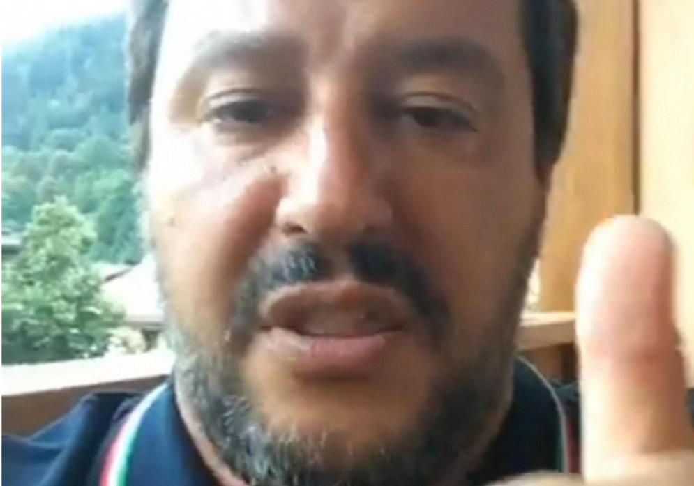 Un frame tratto dalla diretta video del ministro dell'Interno Matteo Salvini su Facebook