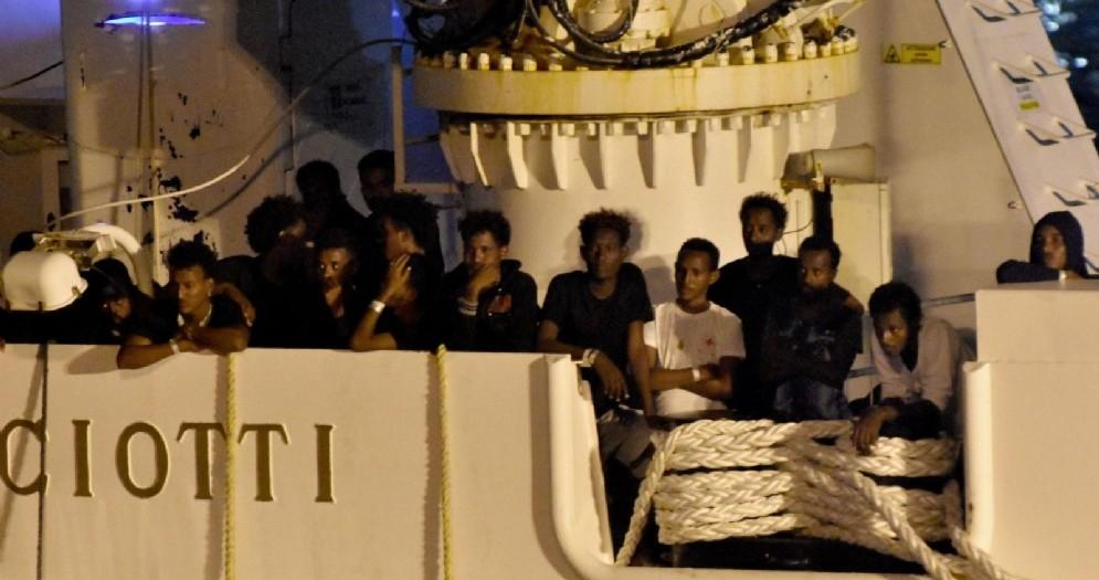 I migranti in attesa di sbarco sulla nave Diciotti al porto di Catania