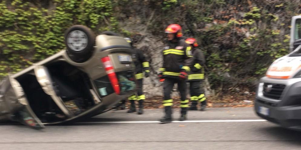 Incidente sulla Strada costiera: auto finisce ruote all'aria