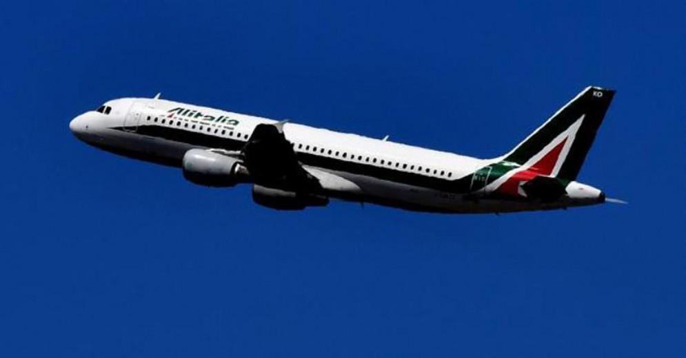 Un aereo Alitalia in volo