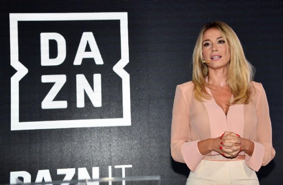 La giornalista Diletta Leotta accanto al logo della piattaforma Dazn