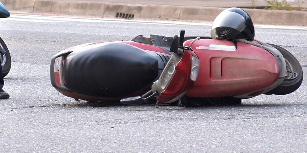 Perde il controllo dello scooter all'altezza di una curva: una persona in ospedale