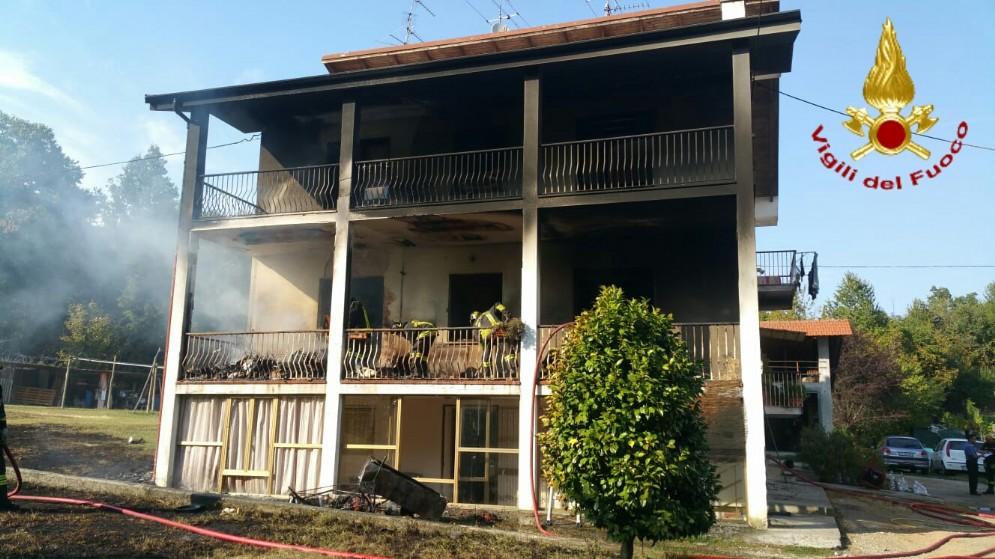 L'abitazione andata a fuoco a Cavaglià