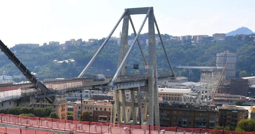 Una veduta di ponte Morandi dall'autostrada A7 prima del casello di Genova Ovest