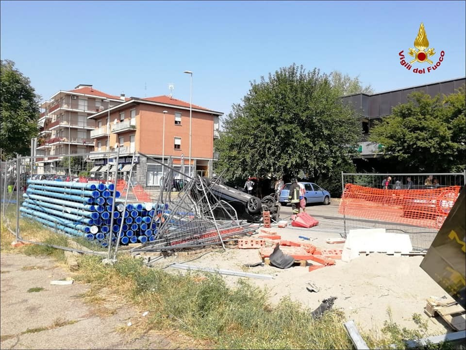 Brutto incidente in corso Francia, auto perde il controllo e si ribalta in un cantiere