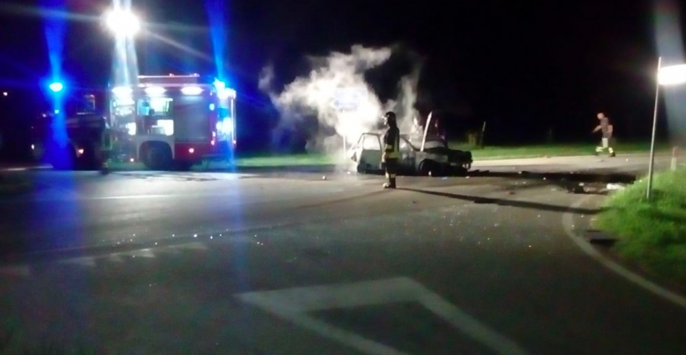 Spessa di Cividale, auto va a fuoco dopo un incidente