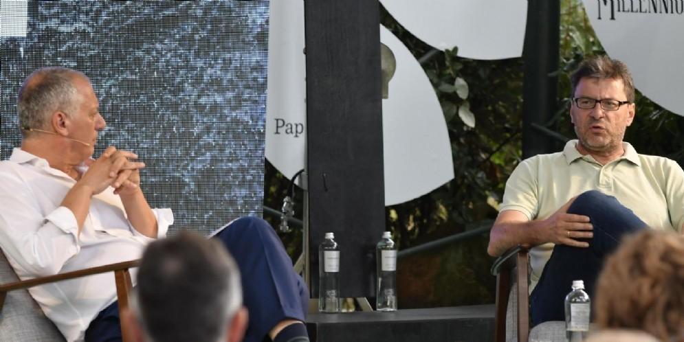 Giancarlo Giorgetti con Peter Gomez alla Versiliana Marina di Pietrasanta per la Festa del Fatto Quotidiano