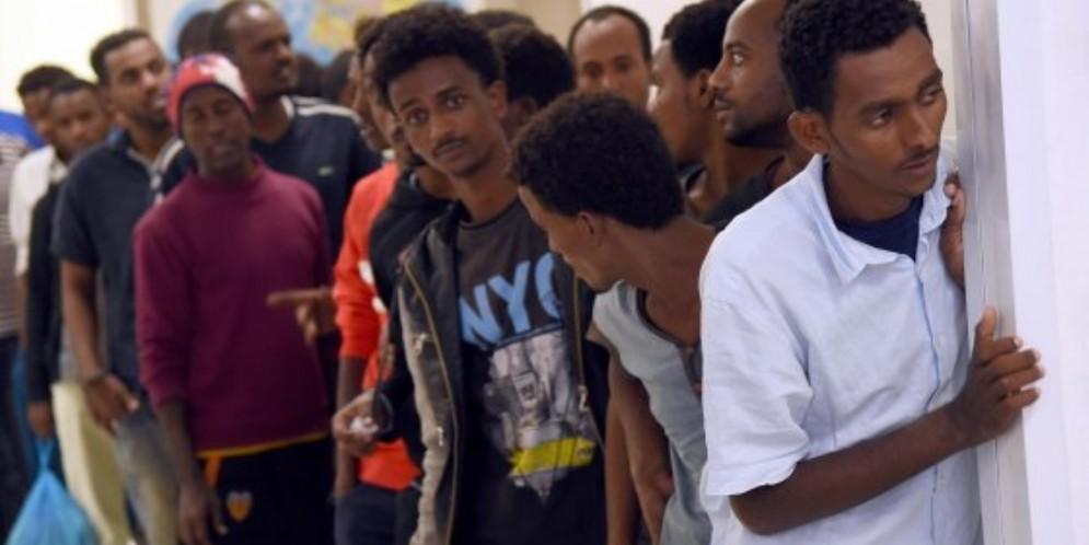 Migranti in un centro di accoglienza