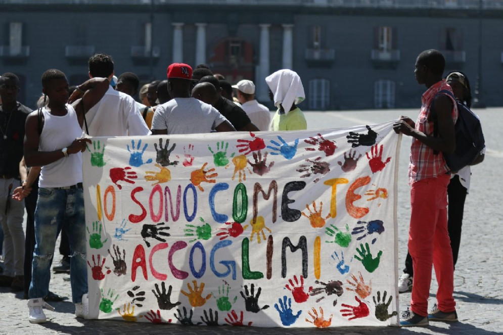 Migranti davanti alla Prefettura di Napoli