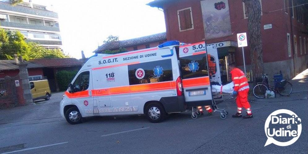 Auto finisce contro un motocicli in piazzale Diacono: 21enne in ospedale