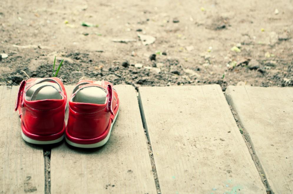Rischia di morire per sepsi dopo aver provato delle scarpe in un negozio