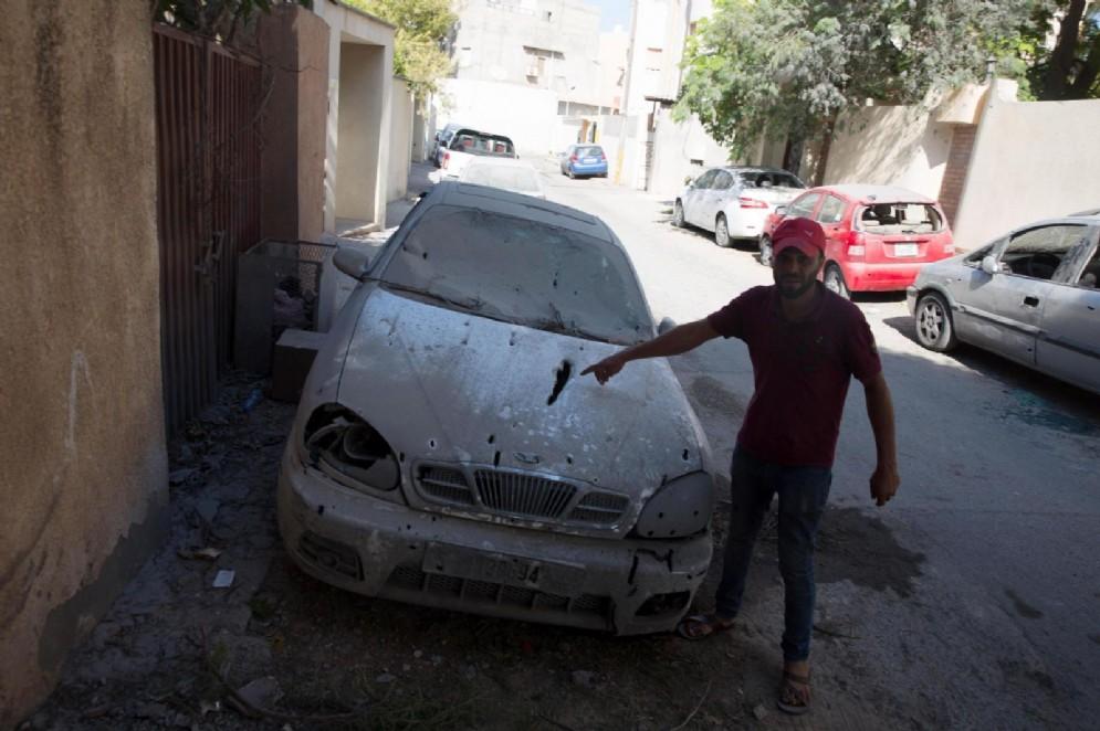 Un'auto colpita da un razzo a Tripoli