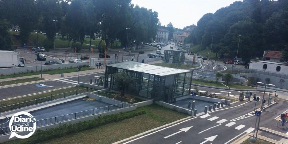 Auto urta una bici in piazza Primo Maggio: 55enne finisce in ospedale