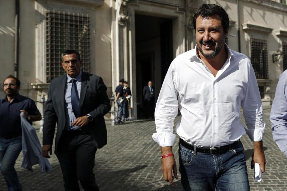 Il vicepremier e ministro dell'Interno Matteo Salvini mentre lascia Palazzo Chigi durante il Consiglio dei Ministri