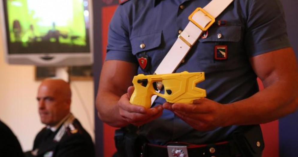 Carabinieri mostra il Taser durante una conferenza stampa