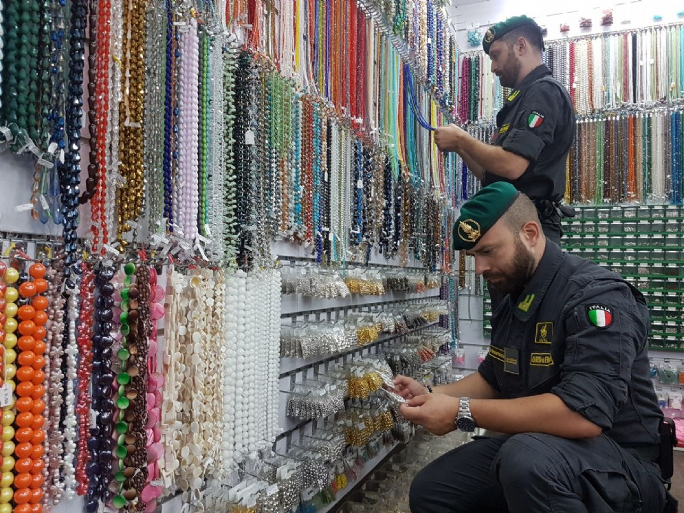 Gioielli «non sicuri»: sequestrati 26 milioni di articoli pericolosi a Porta Palazzo e San Salvario