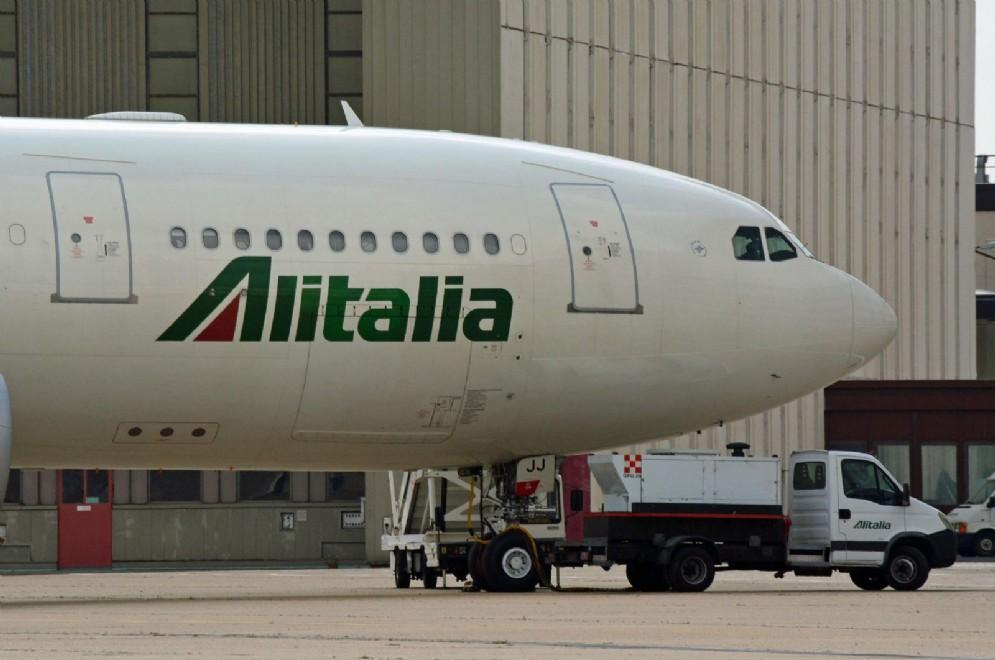 Un aereo di Alitalia nell'area manutenzione della compagnia all'aeroporto Leonardo Da Vinci di Fiumicino
