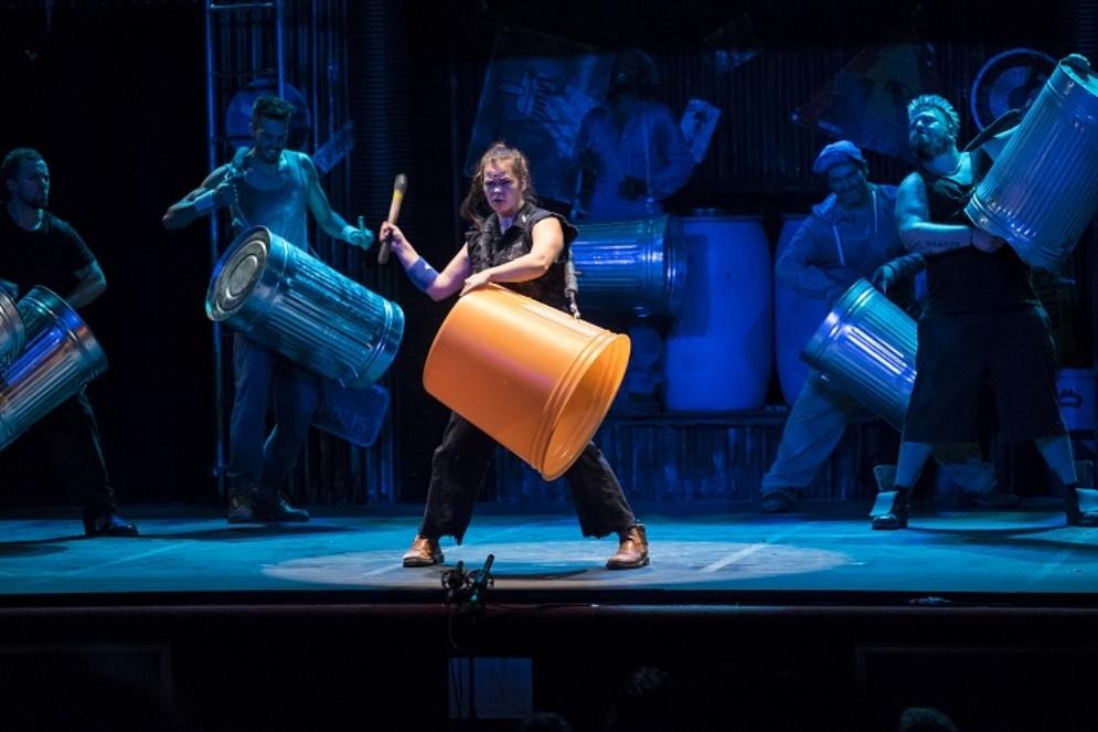Stomp fa tappa a Udine: ballerini, percussionisti e acrobati protagonisti a teatro